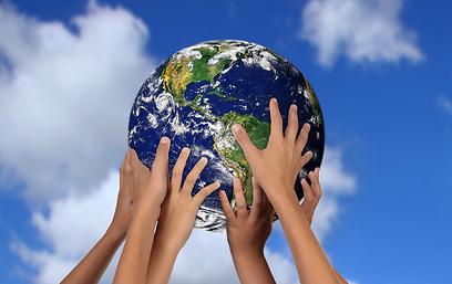 הכדור בידיים של כולנו (צילום: shutterstock) (צילום: shutterstock)