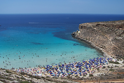 ניתן להגיע רק בסירה. חוף ראביט בסיציליה (צילום: shutterstock)