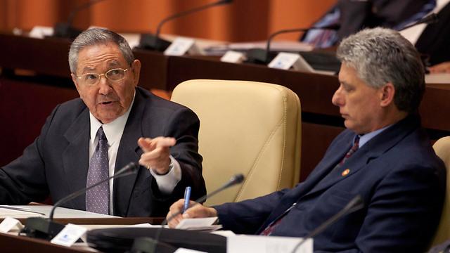 הנשיא ויורשו? ראול קסטרו ומיגל דיאז קאנל (צילום: AP)