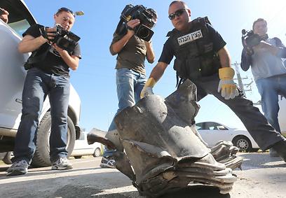 """הרקטה שפגעה בכביש מדרום לאשקלון (צילום: גדי קבלו """"ידיעות אחרונות"""") (צילום: גדי קבלו"""