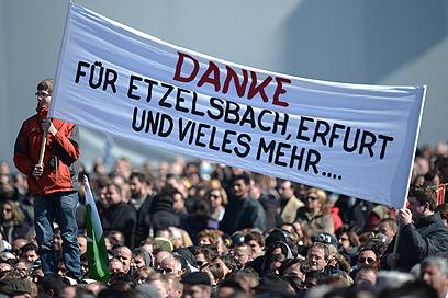 שלט תודה בגרמנית (צילום: AFP) (צילום: AFP)