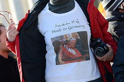 """האפיפיור על חולצת """"מיוצר בגרמניה"""". הגרמנים התרגשו במיוחד (צילום: MCT) (צילום: MCT)"""