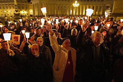 נזירות בכיכר, הרבה לאחר הדרשה. בליל דגלים ושפות (צילום: Gettyimages) (צילום: Gettyimages)