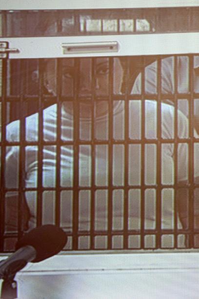 """מכסיקו צמודה למסך. """"המורה"""" גורדייו מאחורי סורג ובריח (צילום: AP) (צילום: AP)"""