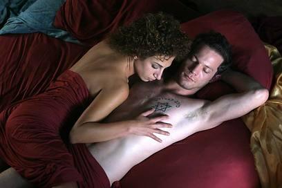 """איתי טיראן וקלרה חורי ב""""מחילות"""" של אודי אלוני מ-2006 ()"""