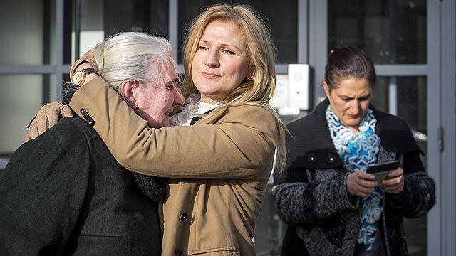 """פושעי מלחמה עשויים לצאת זכאים. אישה מסרברניצה מנוחמת לאחר זיכוי רמטכ""""ל צבא יוגוסלביה (צילום: AFP)"""