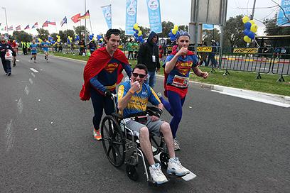 גם סופרמנים רצים (צילום: גיל יוחנן) (צילום: גיל יוחנן)