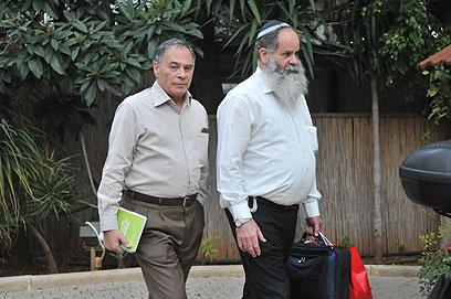 """צוותי המו""""מ של הבית היהודי והליכוד בפתח הישיבה (צילום: ירון ברנר) (צילום: ירון ברנר)"""