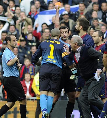 ויקטור ואלדס רואה כרטיס אדום (צילום: AFP) (צילום: AFP)