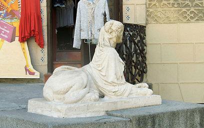 הפיסול העירוני מצוי בכל פינה בסגוביה. פסל הסירנות ספינקס מ-1852 (צילום: שלמה צדקיהו) (צילום: שלמה צדקיהו)