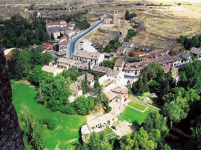 כנסיית ורה קרוז נשקפת מימין לכביש ממבצר האלקסר (צילום: שלמה צדקיהו) (צילום: שלמה צדקיהו)