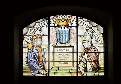 חלונות ויטראז' בארמון ובהם דמויות מלכותיות. כאן נראה אלפונסו ה-6 (צילום: שלמה צדקיהו) (צילום: שלמה צדקיהו)
