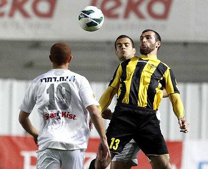 זאור סדאייב מנסה להשתלט על הכדור, צלישר אורב (צילום: חיים צח) (צילום: חיים צח)