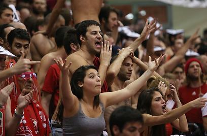 האוהדים האדומים מתקשים להאמין (צילום: אורן אהרוני) (צילום: אורן אהרוני)