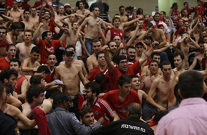 הקהל האדום באקסטזה (צילום: ראובן שוורץ) (צילום: ראובן שוורץ)