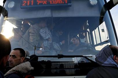 חלק מהפועלים ניסו לצעוד רגלית לתוך ישראל (צילום: גור דותן)