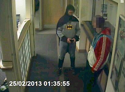 """""""גיבור העל"""" הגיע לתחנת המשטרה עם כפפות, שכמייה ומסכה (צילום: רויטרס) (צילום: רויטרס)"""
