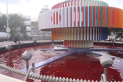 הפסל של אגם בכיכר דיזנגוף נצבע באדום (צילום: מוטי קמחי) (צילום: מוטי קמחי)