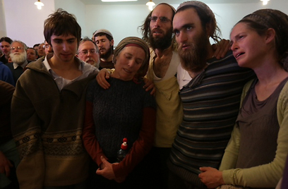 """הקהל שר """"אשת חיל"""" להדסה, האלמנה הטרייה, לבקשת הנפטר (צילום: אוהד צויגנברג) (צילום: אוהד צויגנברג)"""