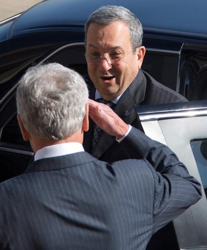 הייגל פוגש את שר הביטחון ברק (צילום: AP) (צילום: AP)