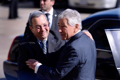 גם חיבוק אמיץ היה בין שר ההגנה לשר הביטחון (צילום: EPA) (צילום: EPA)