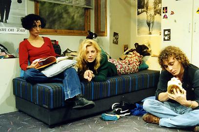 """כך היינו. אסתי ירושלמי עם דנה ברגר ושי קפון ב""""עניין של זמן"""" (צילום: מתוך הסדרה)"""