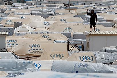 על גגות מחנה הפליטים (צילום: רויטרס) (צילום: רויטרס)