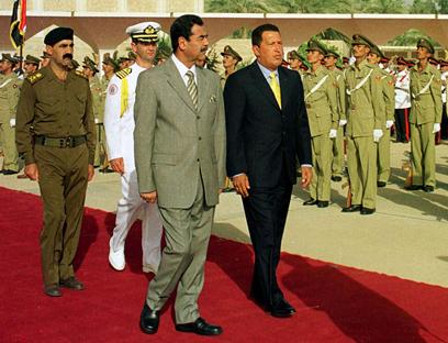 """היו הרשע בהתגלמותם עבור ארה""""ב. סדאם חוסיין והוגו צ'אבס ב-2000 (צילום: AP) (צילום: AP)"""