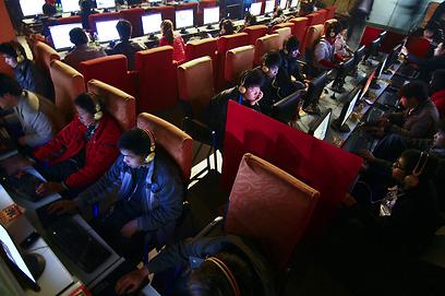 גולשים בקפה אינטרנט בסין  (צילום: AP)