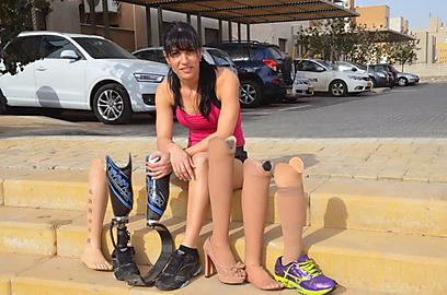 6 פרוטזות ועוד אחת משלה - 7 רגליים לעינת מלכה (צילום: מאיר אוחיון) (צילום: מאיר אוחיון)