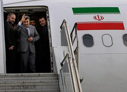 פעם חיכו לו המונים בשדה התעופה, והיום? אחמדינג'אד נוחת (צילום: AP) (צילום: AP)
