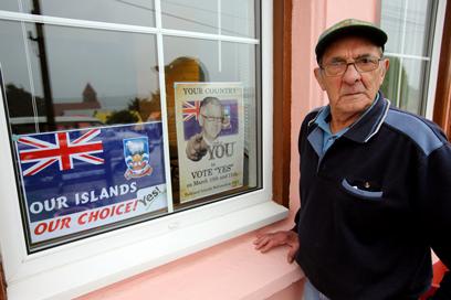 """""""האיים שלנו, הבחירה שלנו"""". תושב איי פוקלנד בעיר הבירה סטנלי (צילום: AFP) (צילום: AFP)"""