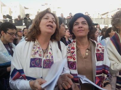 """""""הפכו את הכותל לאתר הפגנה"""". ח""""כ זנדברג עם נשות הכותל (צילום: קשת עורי )"""