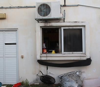 חלון הדירה שממנו נכנס הפורץ (צילום: מוטי קמחי) (צילום: מוטי קמחי)