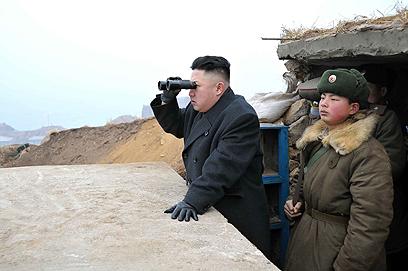 משקיף מקרוב. קים ג'ונג און בגבול עם דרום קוריאה (צילום: AP) (צילום: AP)
