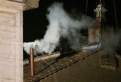 אחרי יומיים של הצבעה יצא העשן הלבן (צילום: רויטרס) (צילום: רויטרס)