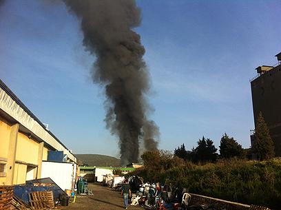 עשן שחור עולה מאזור המפעל, היום (צילום: מאור אוזן) (צילום: מאור אוזן)