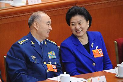 """זוכה לפופולריות רבה בארצה. ליו וסגן יו""""ר ועדת הצבא המרכזית (צילום: AFP) (צילום: AFP)"""