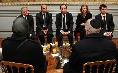 נשיא צרפת הולנד נפגש עם קרובי הנרצחים (צילום: AP) (צילום: AP)