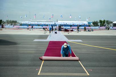 """שטיחים, דגלים וסוללת כיפת ברזל, היום בנתב""""ג (צילום: בני דויטש)"""