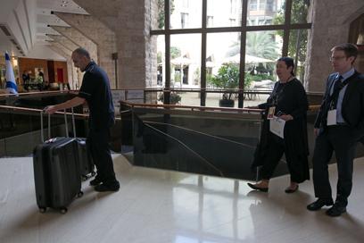 הכתבים הזרים מגיעים למלון בירושלים, אתמול (צילום: אוהד צויגנברג)