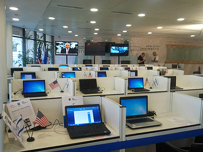 מרכז התקשורת שהוקם לטובת הכתבים (צילום: לי מנדלבאום)