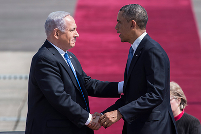 על השטיח האדום. נתניהו מקבל את פני אובמה (צילום: AFP)