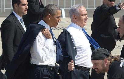 """קז'ואל על המסלול. אובמה ונתניהו מסירים את החליפה (צילום: משה מילנר, לע""""מ)"""