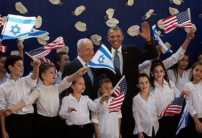 אובמה ופרס בחברת הילדים שקיבלו את פניהם בשירה בירושלים (צילום: AP) (צילום: AP)