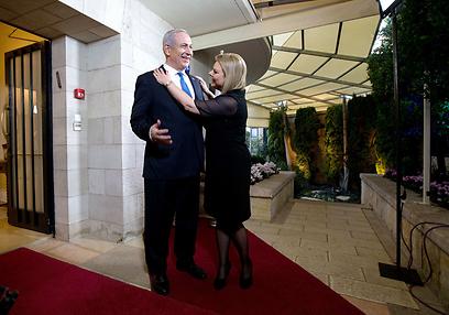הזוג נתניהו מתכונן לבואו של אובמה לביתם (צילום: רויטרס) (צילום: רויטרס)