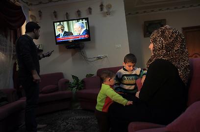 פלסטינים בעזה צופים בפגישת אובמה ופרס (צילום: AFP) (צילום: AFP)