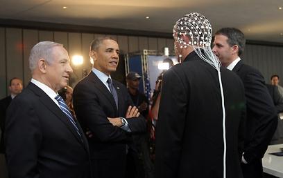 """אובמה בוחן פיתוחים טכנולוגיים ישראליים בתערוכה במוזיאון ישראל (צילום: אלכס קולומיסקי """"ידיעות אחרונות"""") (צילום: אלכס קולומיסקי"""