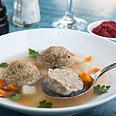 מרק עם קניידלך במטבחון צילום: אילן עמיחי