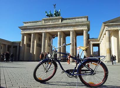 הנקודה המרכזית שממנה מתחיל כל סיור בברלין. שער ברנדנבורג  (צילום: זיו ריינשטיין) (צילום: זיו ריינשטיין)
